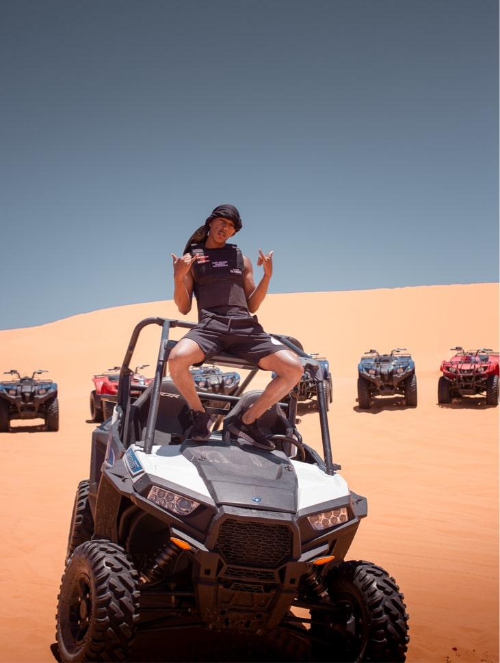 Chico encima de un Buggy en el medio de las dunas de Erg Chebbi en Marruecos