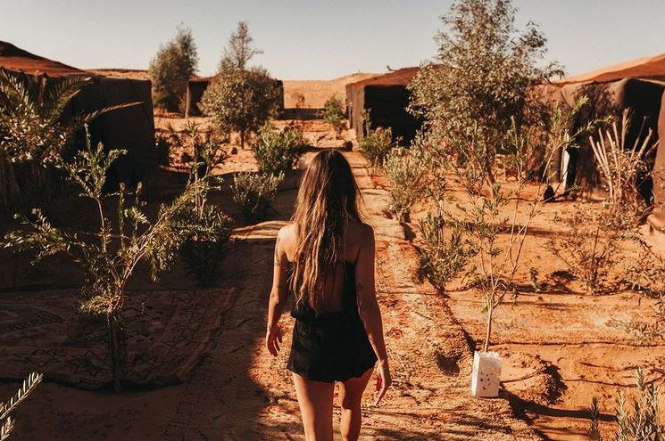 Chica de espaldas en el campamento Kam Kam Dunes en Octubre