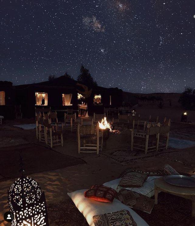 Noche estrellada en medio de las dunas de Merzouga en el campamento Kam Kam Dunes