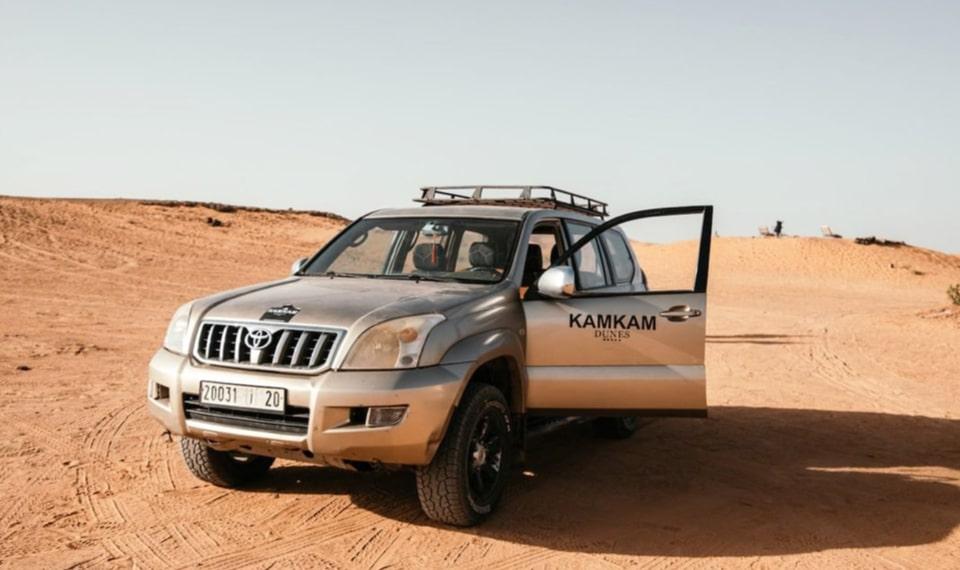 Coche oficial de tours i viajes privados Kam Kam Dunes en un traslado hasta Merzouga dentro de las dunas