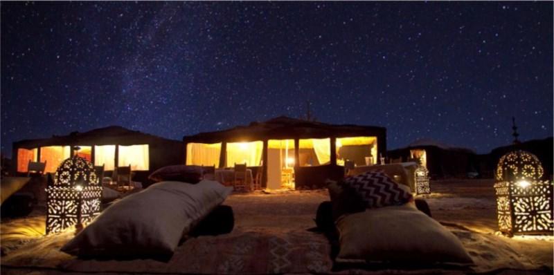 Noches de lujo en el desierto del Sahara dormir en un campamento de noche