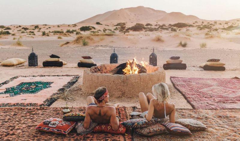Fuego de dia en campamento de lujo en el desierto de Merzouga en Marruecos.